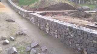 Opěrná kamenná zeď ze žuly