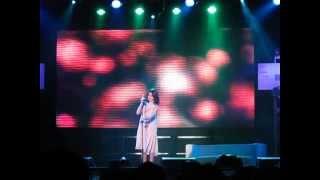 過往銀幕上的片段+現場演唱Beautiful.
