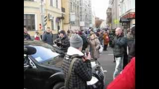 Прохожие заблокировали АМР, проехавший под 'кирпич'.