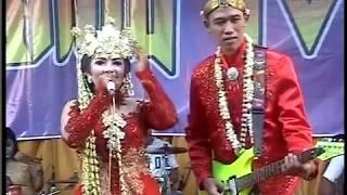 GOKILLL ...Pengantin Dangdutan ... yg pria maen gitar pengantin wanita yg nyanyi