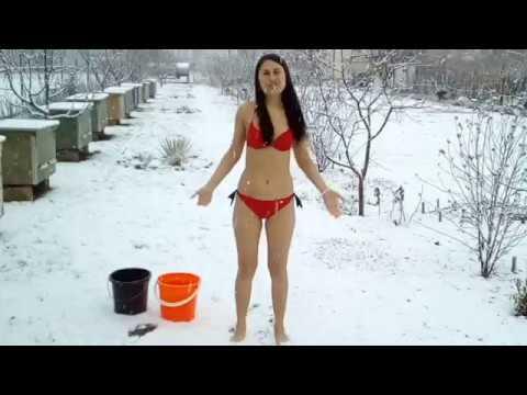 Бикини в снегу видео