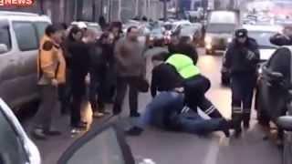 Гаи видео приколы Драка придурка с ментом и водителями
