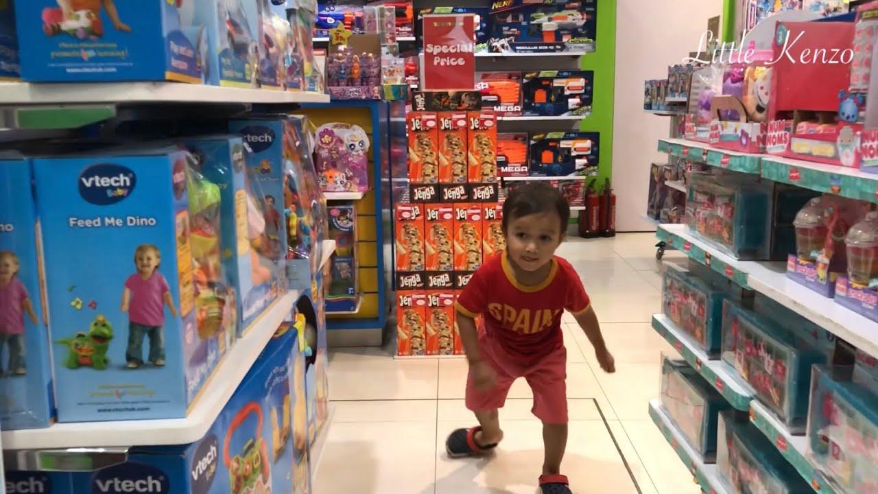 Little Kenzo beli Mainan di Toko Mainan Anak di Magelang