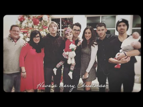 Los Jonas Brothers comparten sus recuerdos familiares en I Need You Christmas