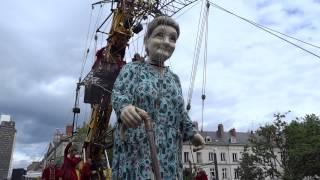 Royal de Luxe - Premiers pas de la Grand-Mère dans les rues de Nantes (07/06/2014)