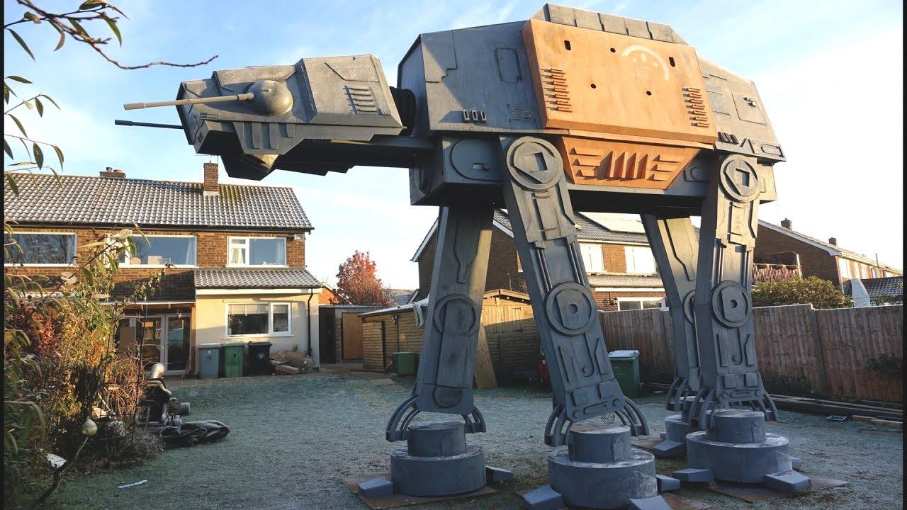 Brite baut sich 5,5 Meter grossen Star Wars AT-AT in den Garten