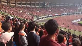 Kekompakan Jak Mania Saling Saut Di Stadion Braga Bekasi