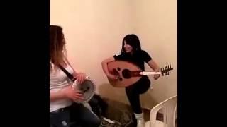 لبنانيتان تعزفان مع جدهما بشكل رائع