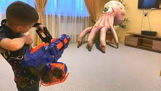 Nerf Game Creepy Hand Attacks vs Nerf Titan Руки против нерф титана