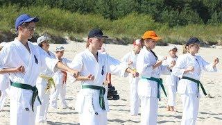 Karatecy trenowali nad morzem