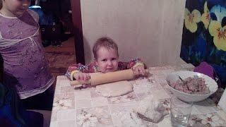смешно, ребенок помогает петь