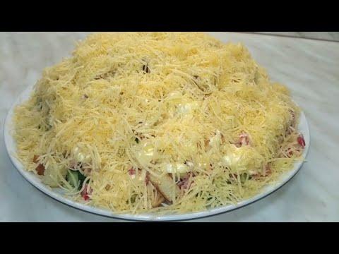 Салат с курицей, сухариками и сыром