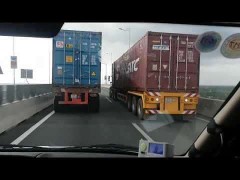 2 Xe container CỐ Ý CHẠY KÈ NHAU VỚI TỐC ĐỘ RÙA gây ùn tắc gần 10km cao tốc Long Thành - Dầu Giây