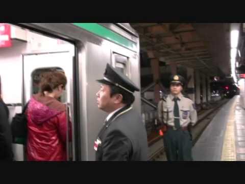 埼京線新宿駅の女性専用車両から男性客を追い出す悪質な警備員と車掌