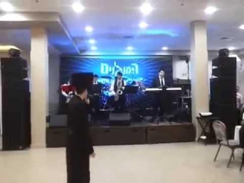 מוטי שטיינמץ בביצוע 'כתר' של אייזיק האניג בליווי תזמורת 'המנגנים'