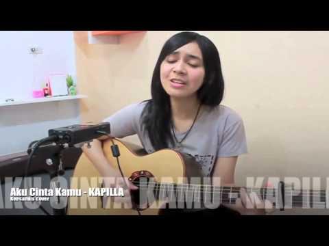 Cewek Main Gitar Acoustik Sambil Nyanyi Lagu Pop