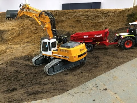 Liebherr 944B with adjustable boom loads Claas Xerion