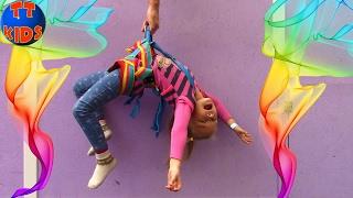 ВЛОГ на Скалодроме МАЛЕНЬКИЙ АЛЬПИНИСТ Поднимаемся на вершину горки Видео для детей
