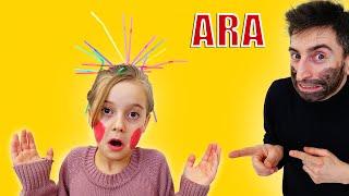 فتاة وصديق يلعبان أنابيب تصفيفة الشعر من مصاصات