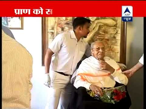 Pran given the Dada Saheb Phalke award at his Mumbai residence