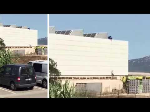 Un grupo de inmigrantes escapa del polideportivo de Tarifa dónde estaban acogidos