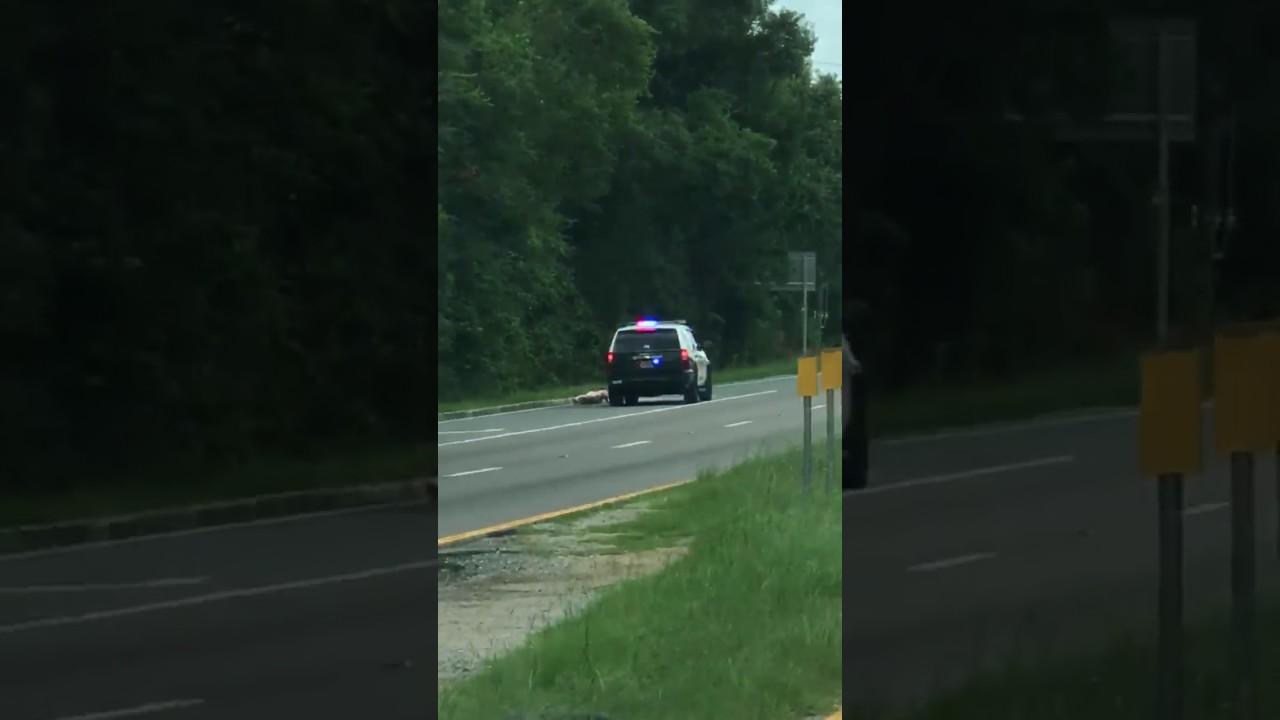 Viral video: Man runs naked down Ohio highway - YouTube