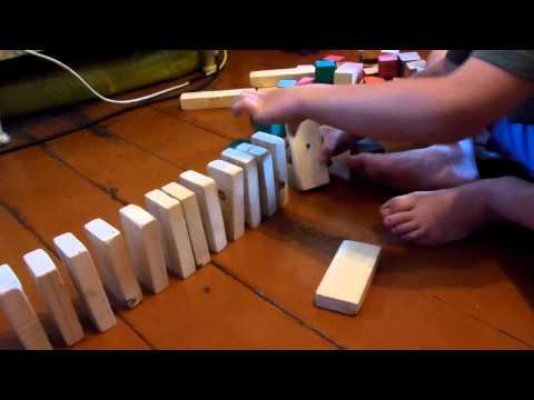 Принцип домино из деревянных брусочков