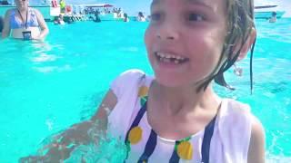 Катя и Макс плавают со Скатами на Каймановы островах