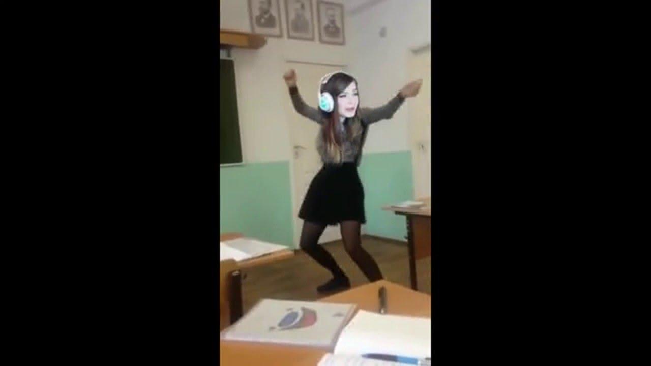 Стримерша Карина Сычева танцует