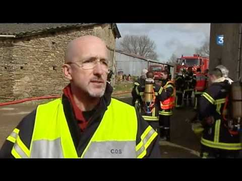 Délicate intervention des pompiers à la suite de l'incendie d'un stock d'engrais (79)