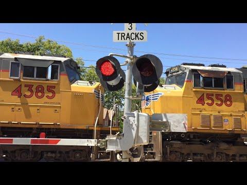 Union Pacific 5437 Intermodal Northbound, 2nd Avenue Railroad Crossing Fast gate Drop
