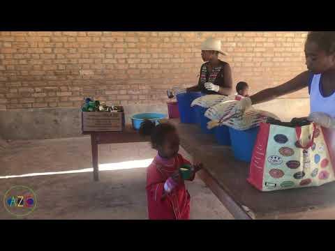 Partage du petit déjeuner, école primaire | Association Azé, Tuléar, Madagascar