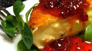 Сыр камамбер, запеченный в слоеном тесте со сладким чили соусом