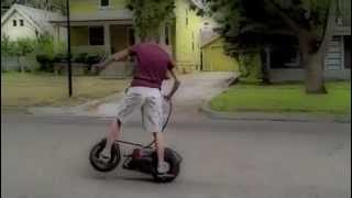 Паренёк гоняет на мотоскейте