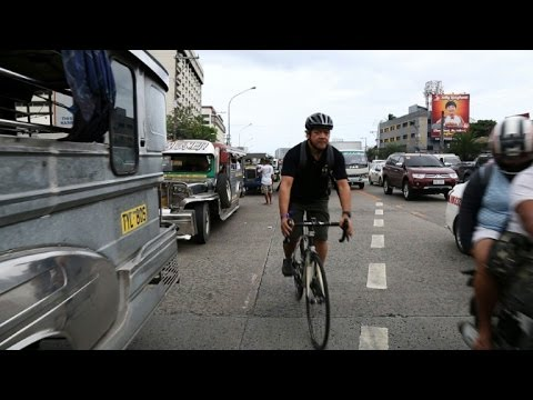 Cycling daredevils take on Philippine capital's traffic ...