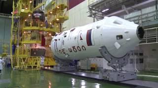 Накатка головного обтекателя на «Союз МС-13»
