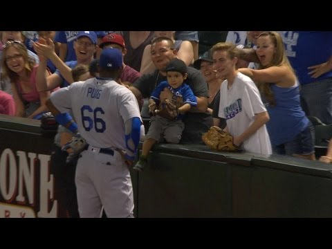 LAD@ARI: Puig attempts to give a young fan a ball