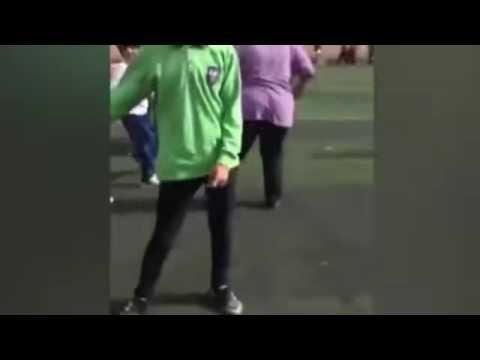 فتاة تحاول خلع بنطلون شاب باحدي مدارس دمياط