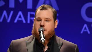 Download Luke Combs backstage at 2019 CMA Awards Mp3 and Videos