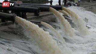Pumpe izbacuju vodu kod poplavljene Brze Palanke