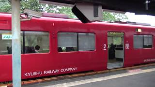 中判田駅に列車交換で並んで停車して同時に出発する豊肥本線キハ220形/キハ200形の上下線