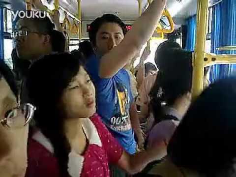 全程实拍上海公交车上恶心猥琐男挺鸟顶90后少女臀部