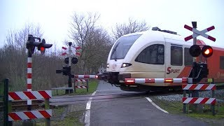 Video Spoorwegovergang Uithuizermeeden // Dutch railroad crossing download MP3, 3GP, MP4, WEBM, AVI, FLV April 2018