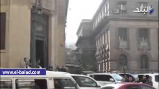 بالفيديو.. وقفة للمتقدمين لحجز شقق حديثي الزواج امام دار القضاء العالي