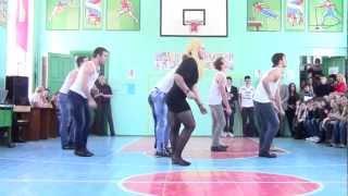 Танец парней на