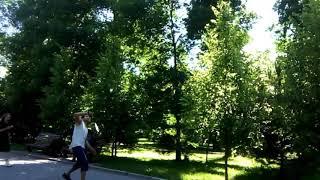 Ребята играют теннис на хорошей природа