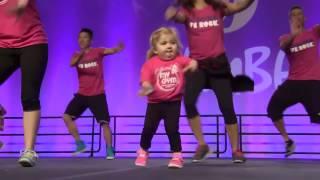 Смешные видео - маленькая девочка зажигает, очень смешно