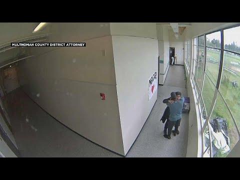 فيديو: عانقه ليفتكّ منه سلاحه.. هكذا منع مدرّب رياضي كارثة في إحدى المدارس الأمريكية …  - نشر قبل 4 ساعة