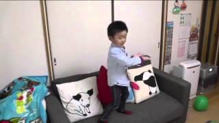 4歳児渾身のダンス。 http://www.toei.co.jp/release/tv/1205315_963.html.