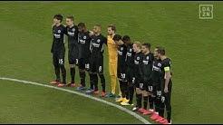 Fan stimmt Nationalhymne während Schweigeminute bei Frankfurt - Salzburg an und das Stadion bebt!